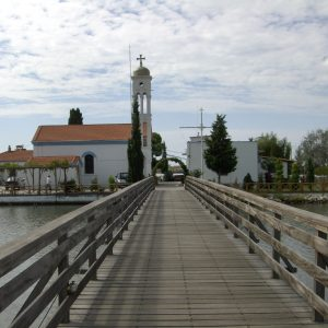 Foto: klooster Aghios Nikolaos. Bericht: De bedrieglijke rust bij het klooster van Aghios Nikolaos. www.andergriekenland.nl