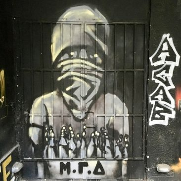 ΜΓΔ is het acroniem van 'μπατσοι, γοθρουνια, δολοφονοι' (politie, varkens, moordenaars).