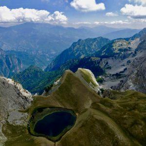 Foto: Drakolimni. Bron: http://www.dronestagr.am. Bericht: Een Albanese geschiedenis. www.andergriekenland.nl