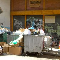 "Foto: afval in Psyri. Bericht: ""Recycling is nog part of our culture"". www.andergriekenland.nl"