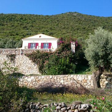 Een goed boek lezen op een berg in Periyiáli op Lefkada.